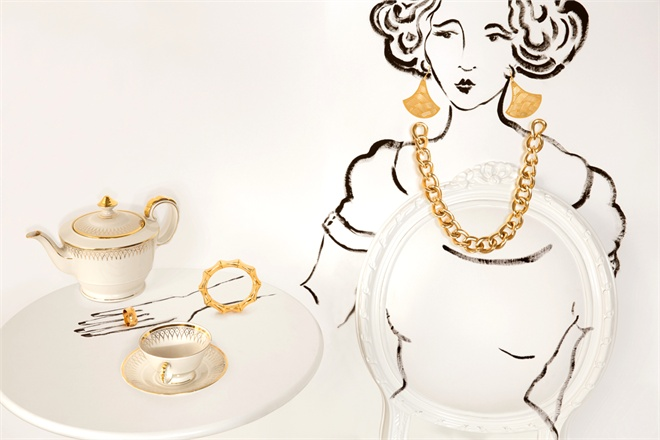 Yellow gold icon bold ring and bamboo bracelet, Gucci. Pink gold earrings, Salvatore Ferragamo Jewels. Yellow gold groumette necklace, Micheletto. Ovalina chair, cyrus company.