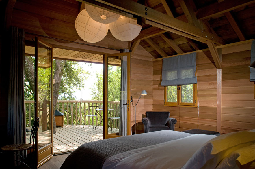 tree house hotels for a fall getaway a stairway to fashion. Black Bedroom Furniture Sets. Home Design Ideas