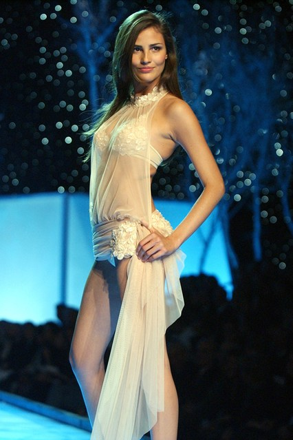Fernanda Tavares takes to the catwalk in 2001.