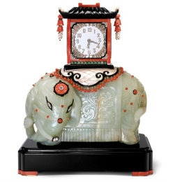 Cartier 1928 - Platinum, gold, crystal, diamond, faceted mirror, enamel, coral, onyx, pearl, jade and mother-of-pearl pendulum clock. N.Hermann, collezione Cartier © Cartier.